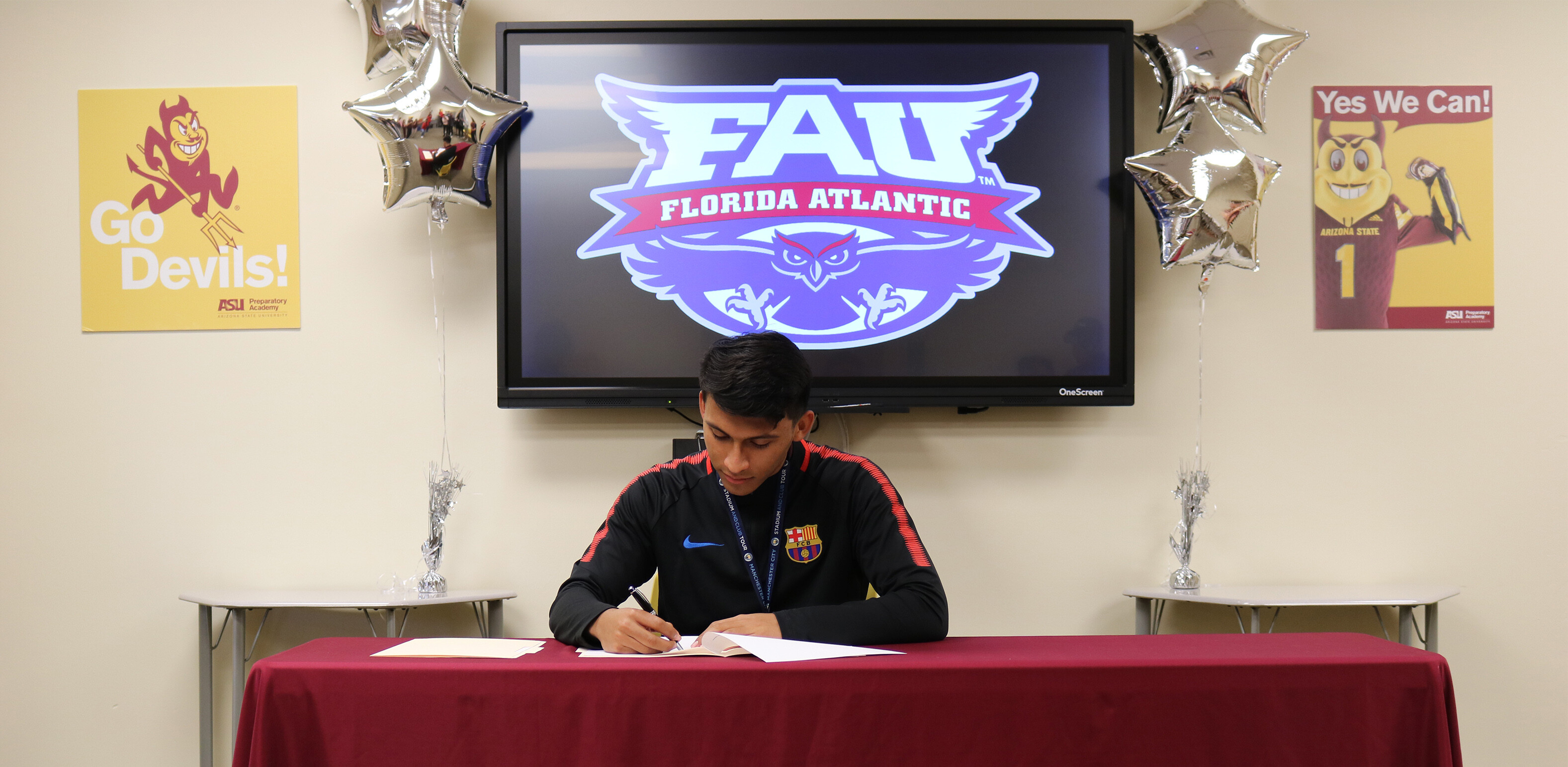 Barça Academy soccer player, Arturo Ernand signing his National Letter of Intent to Florida Atlantic University (FAU)
